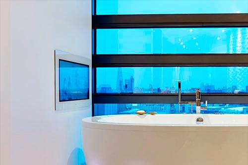 Телевизор Aquavision в ванной