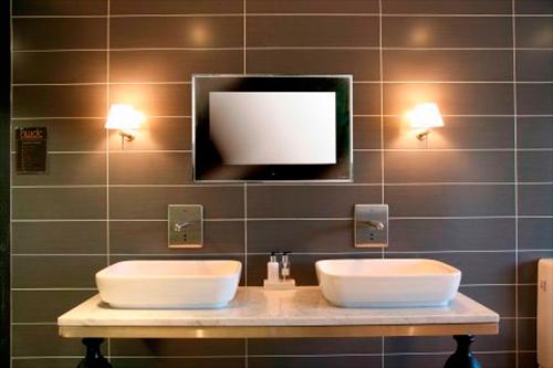 Телевизор Aquavision в интерьере ванной